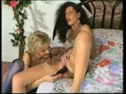 Dark haired beauty +blonde beauty =2 beauty lezzies (clip)