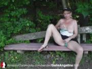 Geile MILF Angelina wird die Fotze gefingert