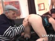Brunette libertine sodomisee dans un trio avec Papy