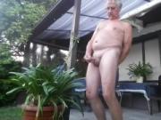 Nackt im Garten