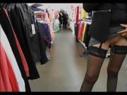 au magasin nue sous sa jupe