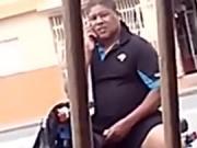 Hombre masturbandose en un motor en la calle