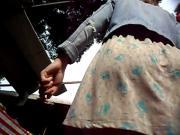 Ruiva Cuzuda de vestido solto na feira