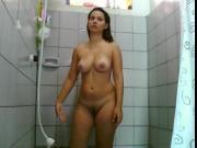 Gata gostosa e peituda tomando banho