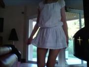 MF en robe blanche ultra courte