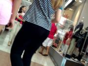 Novinha de short rosa no shopping