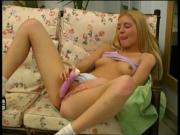 blondes girl auf der couch