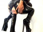 girl in Latex uses a big dildo