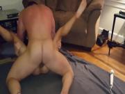 Huiskamer sex met een creampie