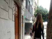 Hermosa rubia por la calle