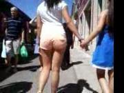 Jovencita calzonas rosas por el mercado