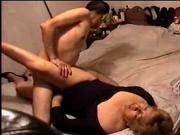 Esposa puta coge con vecino en mi cama gritaba de placer.