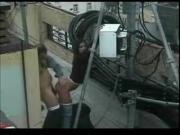 coppia di ostuni scopa sul terrazzo