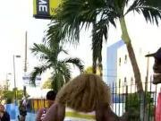 Enorme cul de black prise sur un capot dans la rue