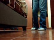 Brincando com as Havaianas tradicionais usando meias