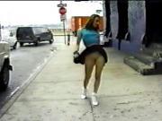 se sube la falda en la calle