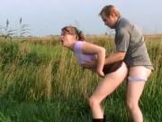 Amateur paar maakt seks in de natuur
