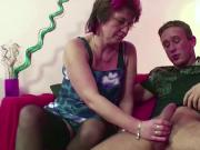 Mutti erwischt Stief Sohn beim Porno gucken und fickt ihn