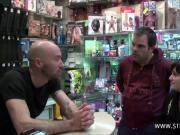 Stephane baise une petite salope dans un sex-shop