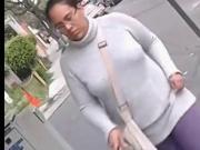 Mujer madura sin sosten se le notan los pezones