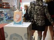 Miss Flashing se fait caresser le cul dans un magasin