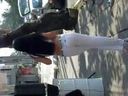 Linda morocha en pantalon blanco
