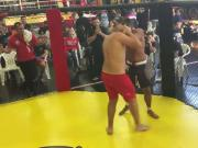 Lutador mostra pau sem querer na luta