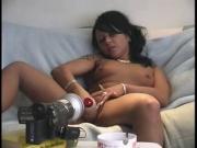 brunette qui se caresse devant la webcam