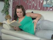 Ein gutes Buch und eine feuchte Pussy