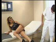 Jeany Bee als hilfreiche Krankenschwester
