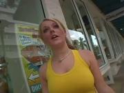Sophie Dee en short azul