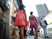 Novinha Delicia com a mama desfilando na rua