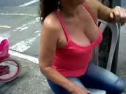 veterana con escote mostrando sus tetazas ricas1