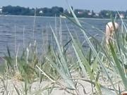 Oma am Strand