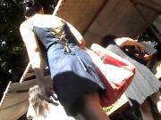 Coroa enxuta desfilando de vestido jeans escuro