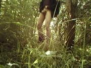 Stijve piemel aftrekken in de bosjes