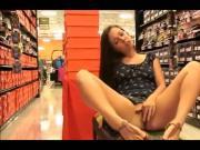 Chica atrevida exhibiendose en mall