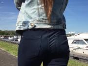 Jeunette se promenant le long du canal