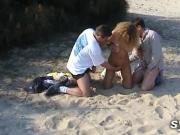 Serveuses anales et gode devant les voyeurs sur la plage