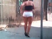 Cavala de micro short branco na rua
