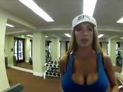 Bellos pechos en el gym