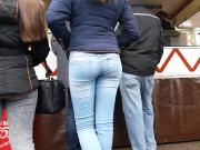 Teen's tight ass in jeans candid