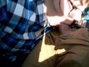 E - Ragazza nerd spompina il vicino in treno