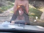 prostituta madura afuera del carro