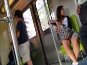 hermosa chica con minifalda en el metro upskirt