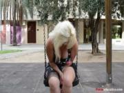 Susana se masturba a escondidas en un parque pblico
