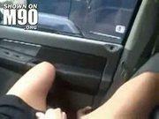 Masturbándose mientras viaja por la carretera
