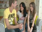 Dos muchachas con un chico