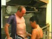 Serveuse dans la cuisine - lerenard