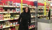 Mulher enfia plug no cu dentro do supermercado